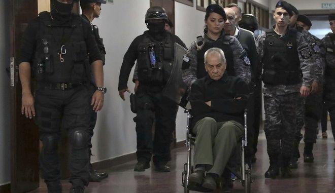 Ο ένας εκ των δύο κατηγορούμενων ιερέων για βιασμούς παιδιών, Νικόλα Κοράντι στο δικαστήριο